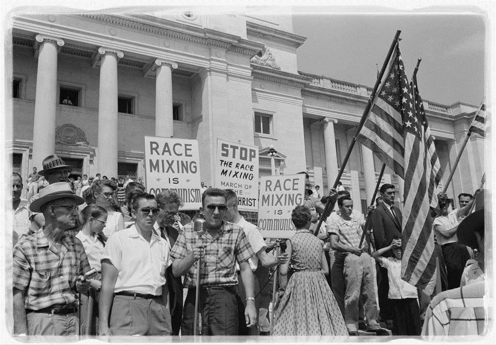 Manifestants racistes avec pancartes