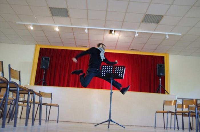 Homme sautant dans une salle
