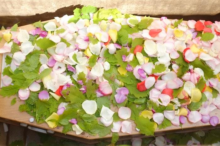 Cerceuil couvert de fleurs et de feuilles