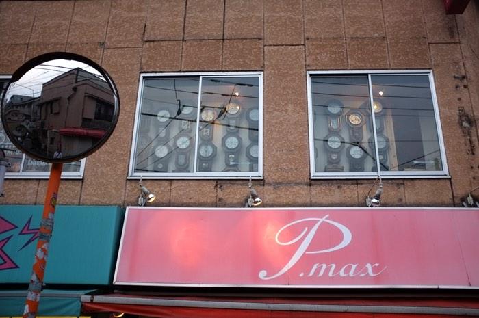 Horloges derrière une vitre