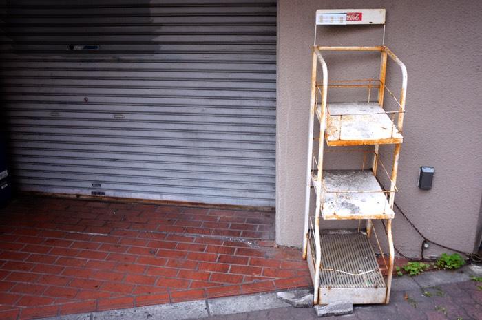 store de magasin et distributeur de journaux vide