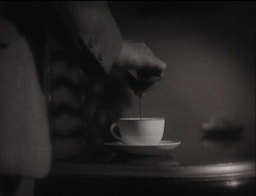 Main au dessus d'une tasse de café
