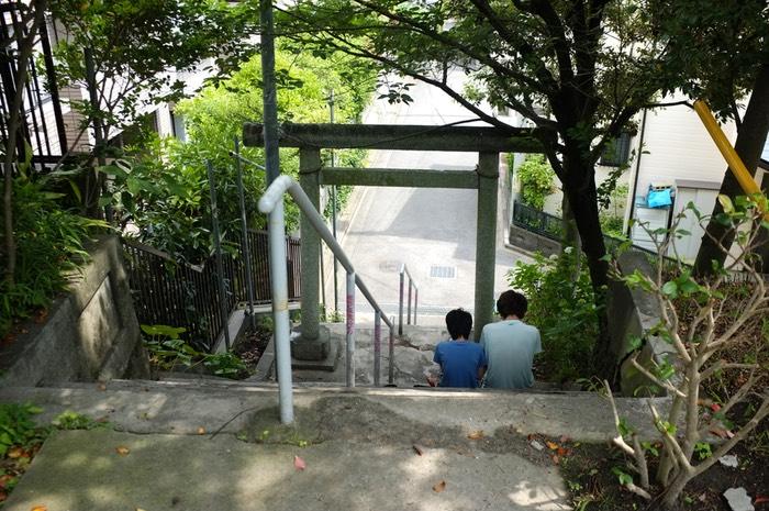 Deux enfants sur les marches d'un sanctuaire