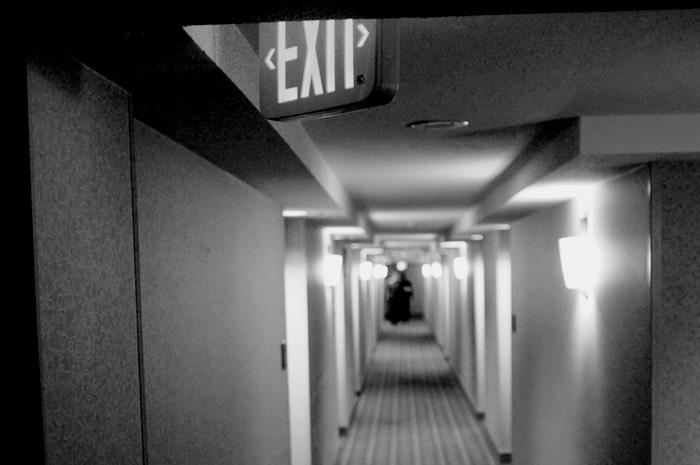 Couloir d'hôtel et signe sortie