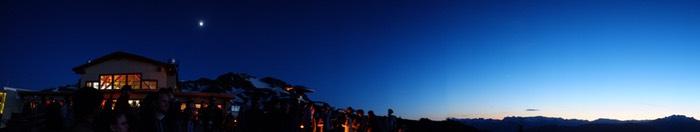 Panorama en montagne à la tombée de la nuit
