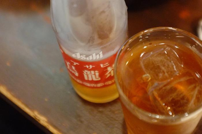 Une bouteille de Asahi et un verre de thé