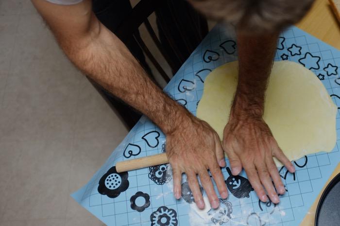 mains pour créer une pâte de quiche
