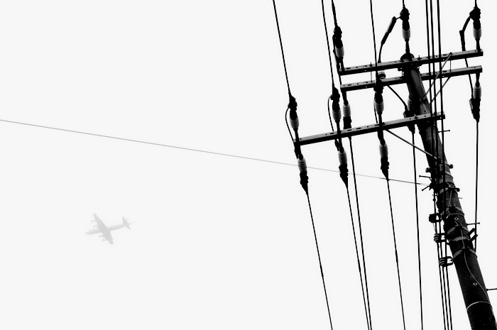 avion et ligne électrique