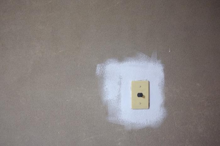 interrupteur et peinture sur le mur