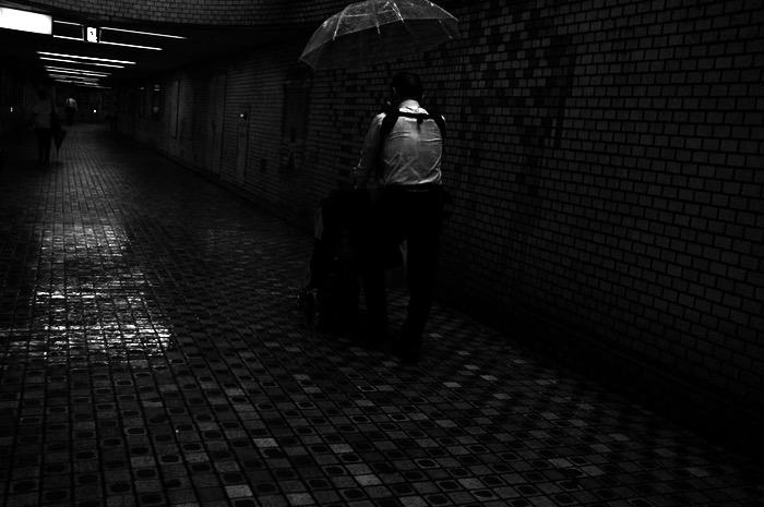 homme dans un couloir