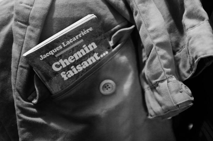 livre dans une poche