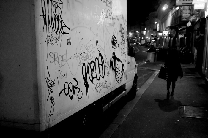 camion avec graffiti et femme sur le trottoir