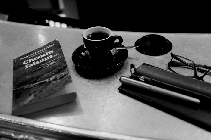 Livre sur un comptoir avec un café