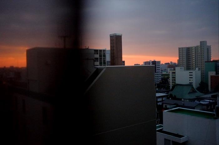 ville derrière une fenêtre