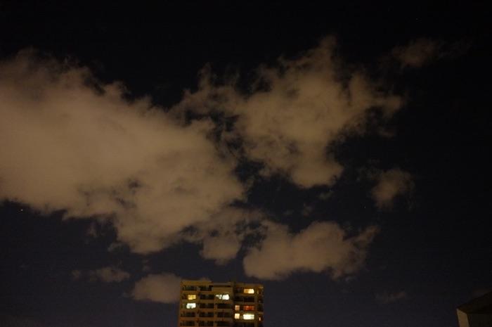 immeuble la nuit et nuage