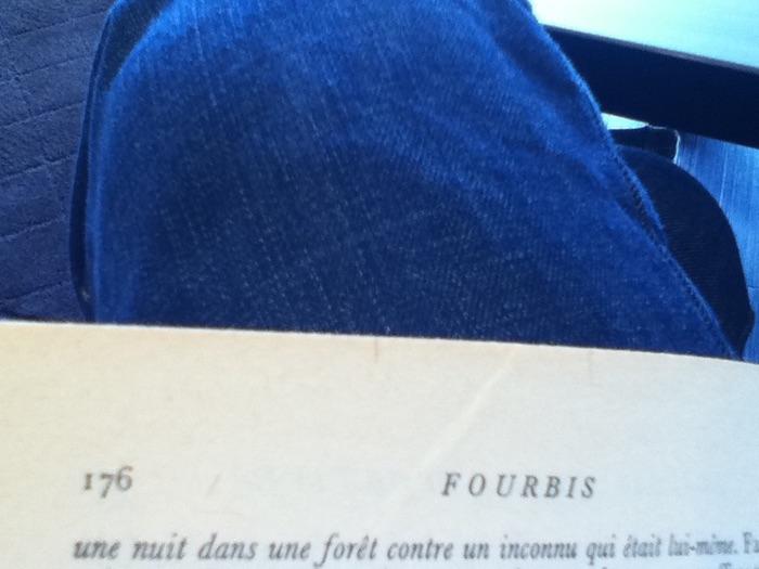 pages de livre et jambe