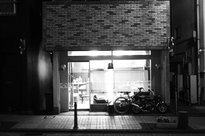 devanture de magasin la nuit