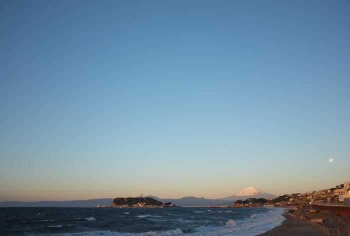 Enoshima, Fuji, la lune et l'océan