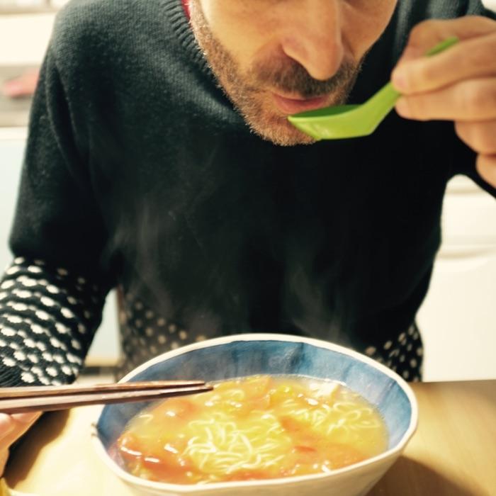 Homme mangeant une soupe