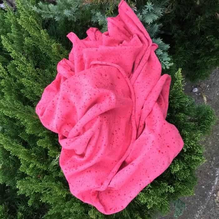 chandail rose abandonnée sous la pluie