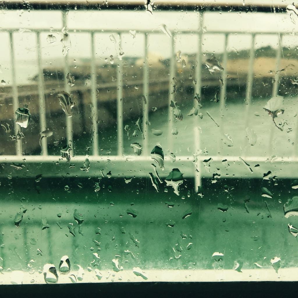 Goutte de pluie sur la lucarne du ferry