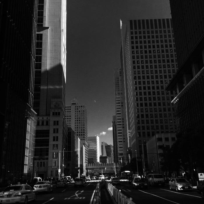 Rue rectiligine et immeuble