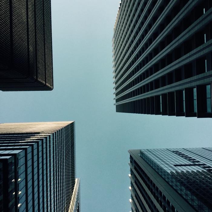 Entre quatre immeubles vers le ciel