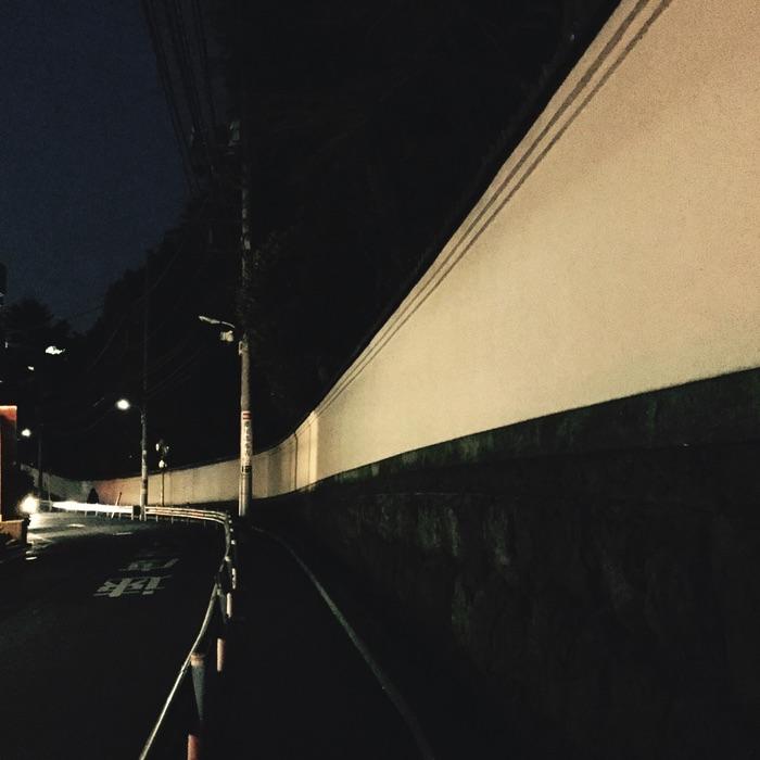 mur la nuit dans une rue en pente