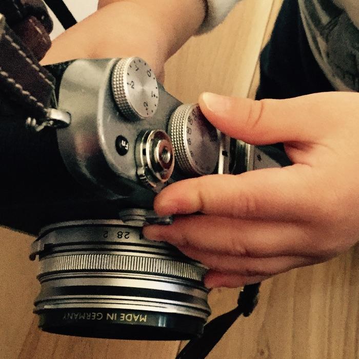 mains d'enfant sur un appareil photo