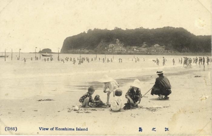 vieille carte postale avec famille sur la plage