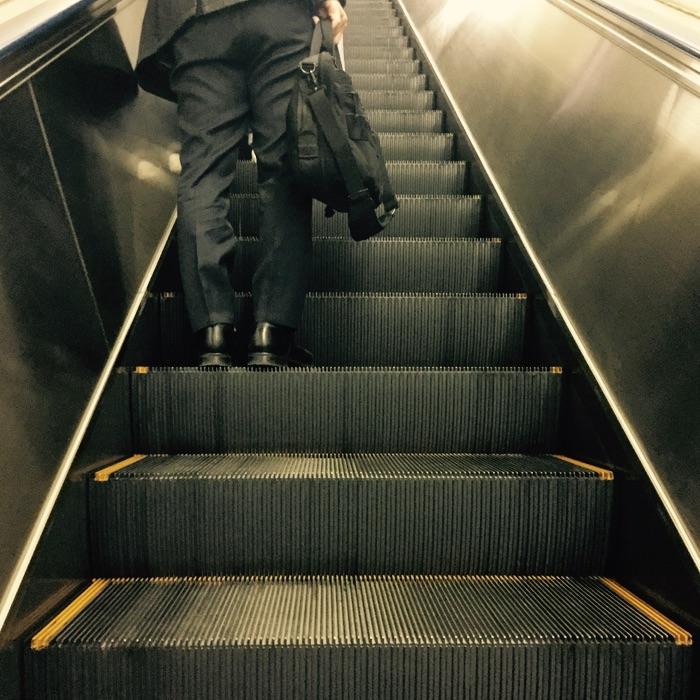 homme dans un escalator