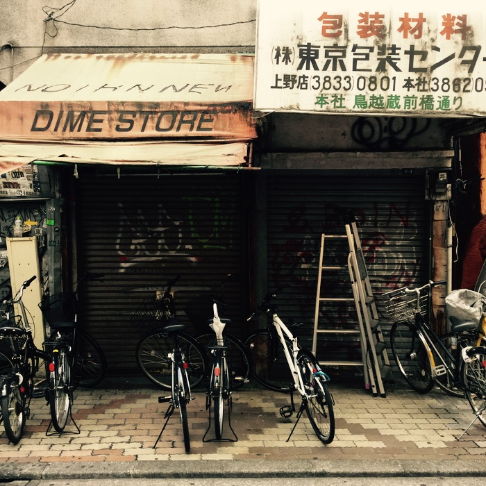 Vélos devant un magasin