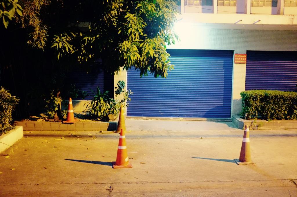 Store bleu la nuit dans la rue