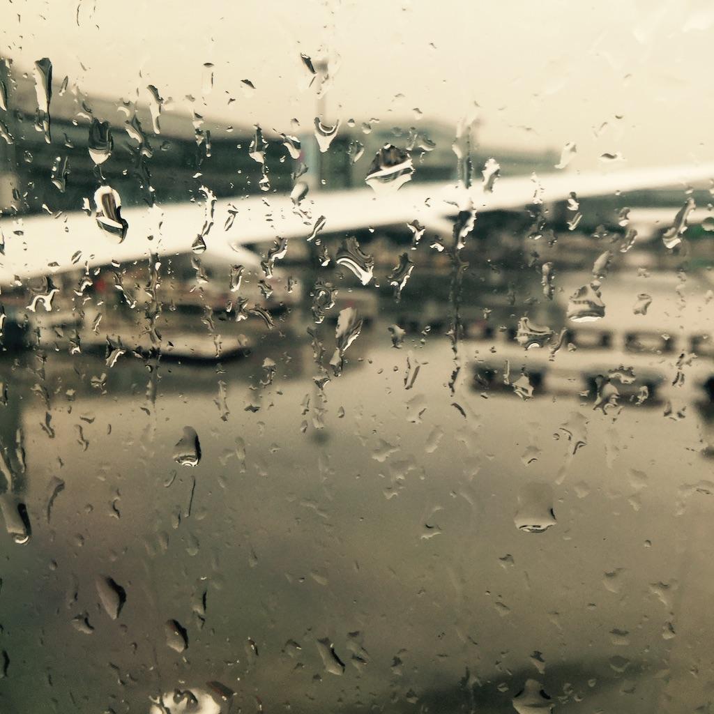 gouttes de pluie sur le hublot