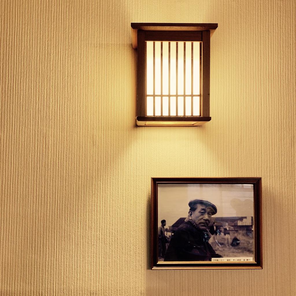 Portrait de Ozu sous une lampe murale