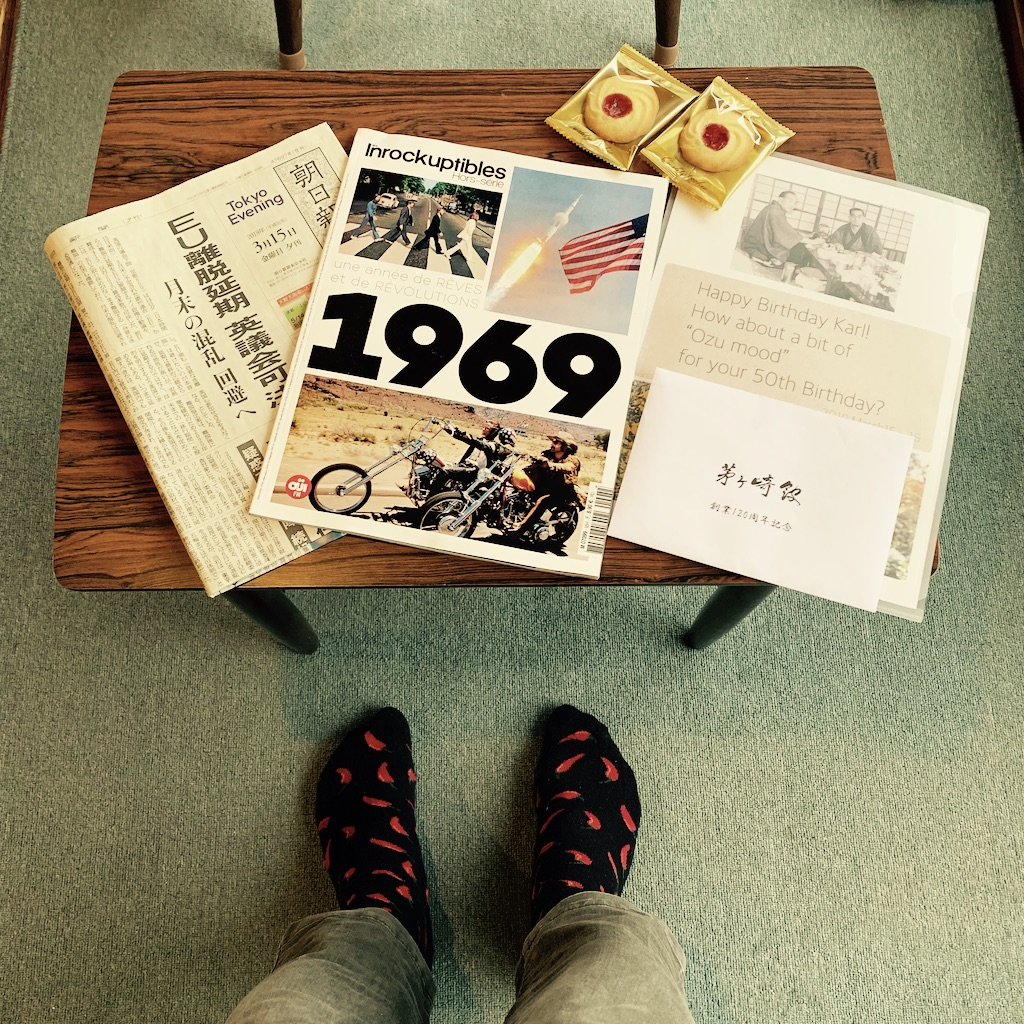 Magasine et papiers sur une table basse