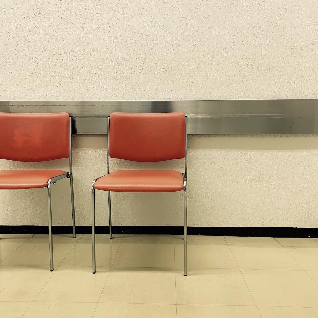 chaises oranges
