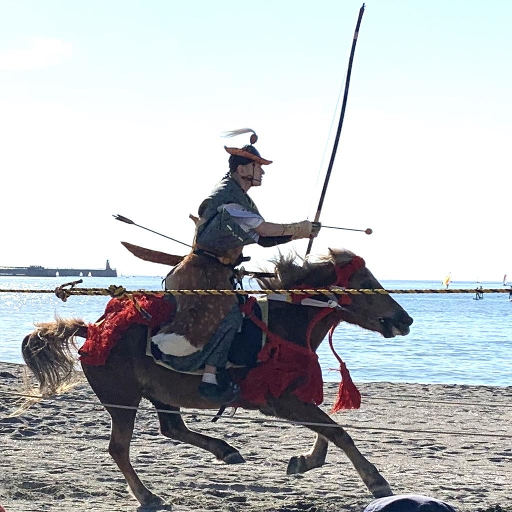 Archer sur un cheval au galop