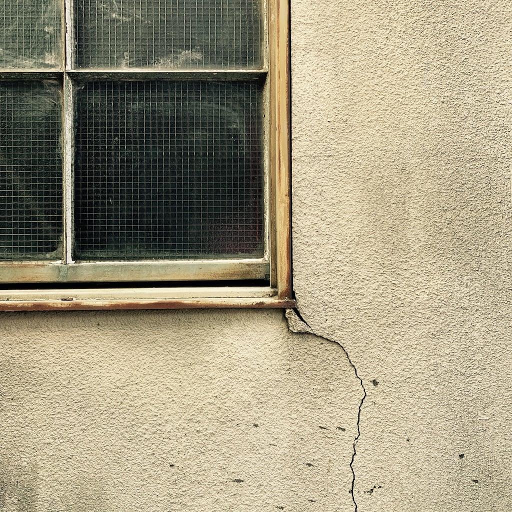 fenêtre et mur brisé