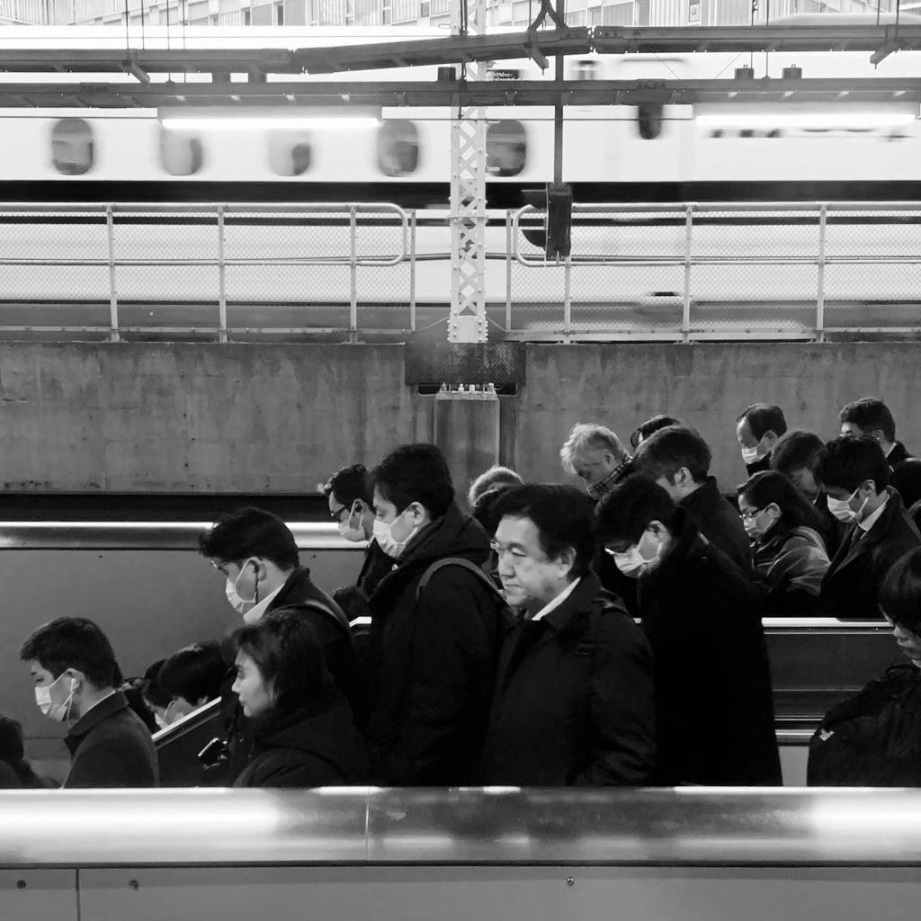 personnes sur le quai d'une gare