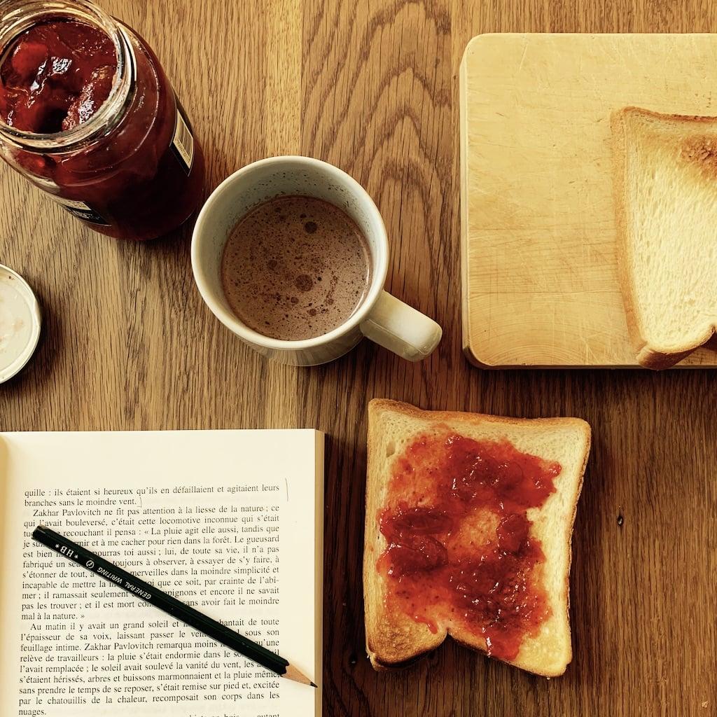 petit déjeuner et livre