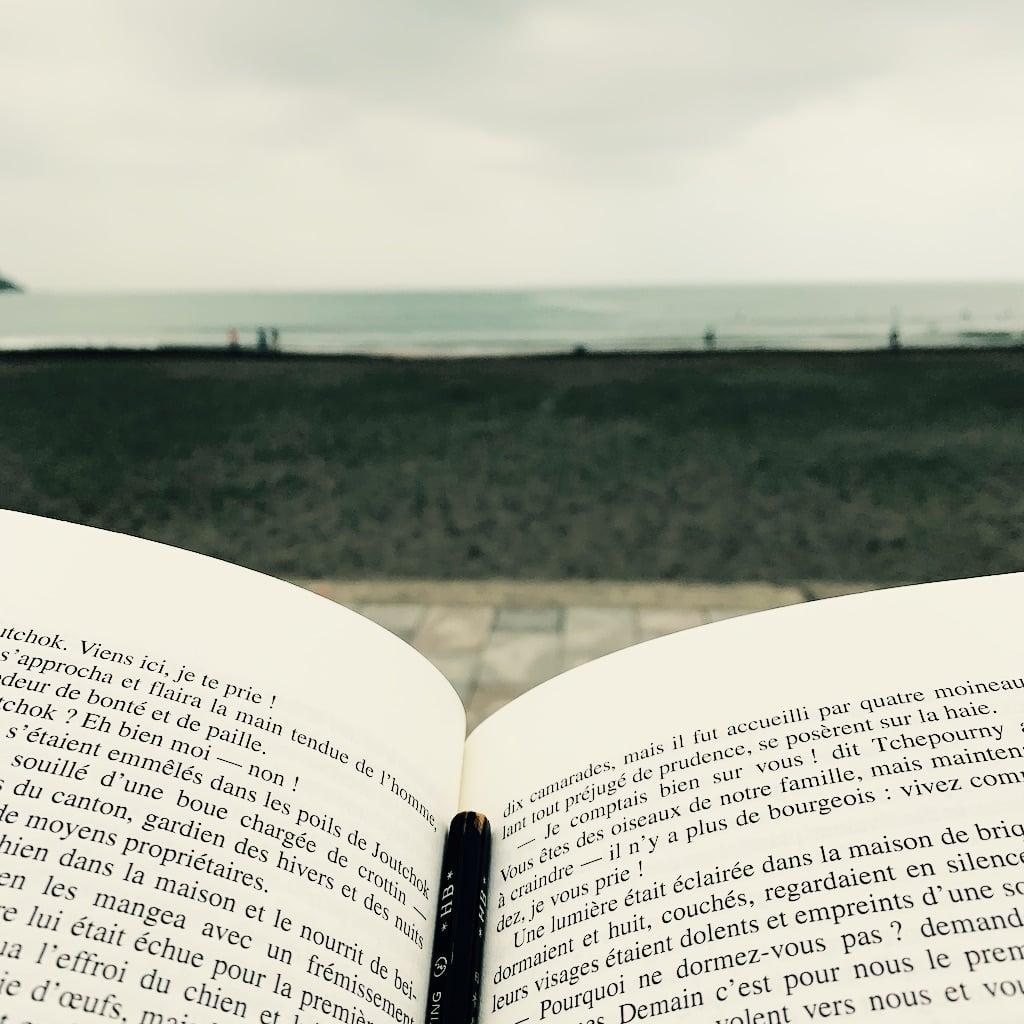 livre et plage dans le fond