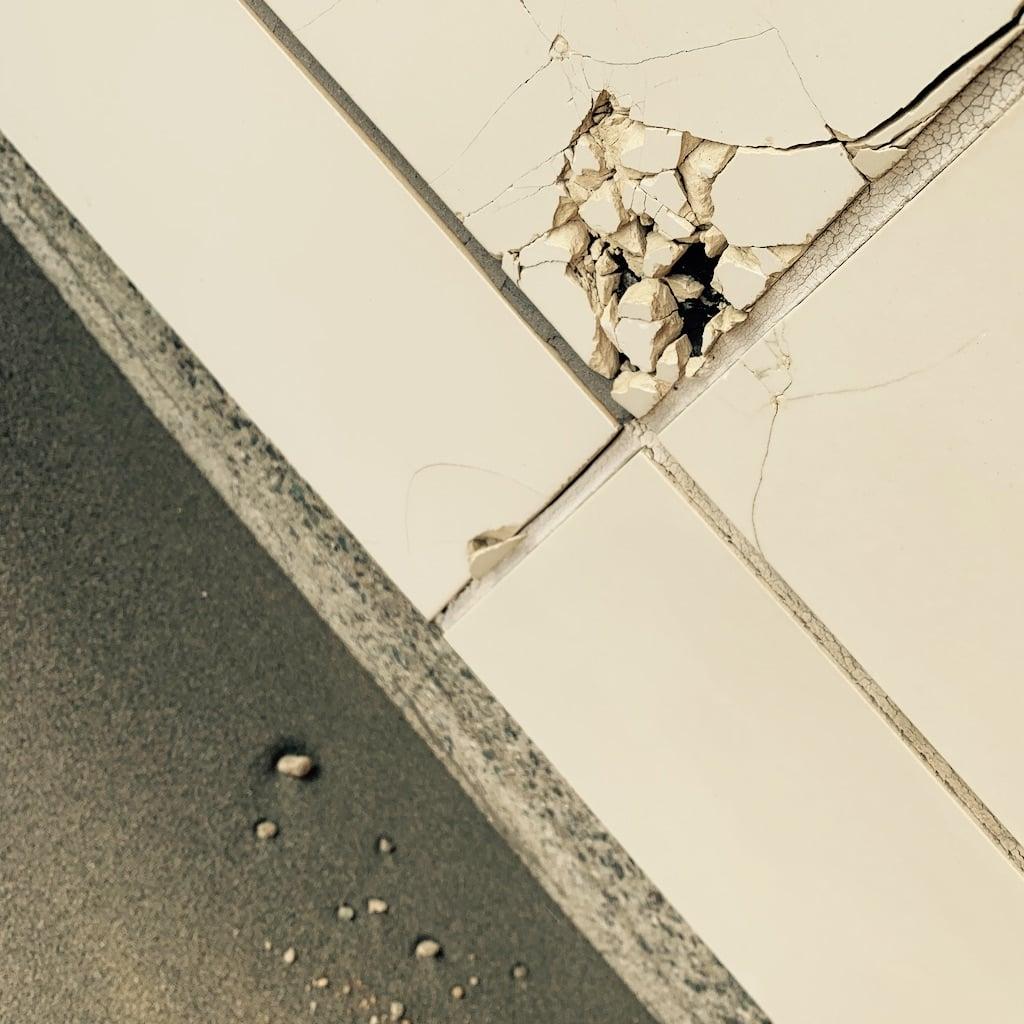 mur craqué, sol de sable