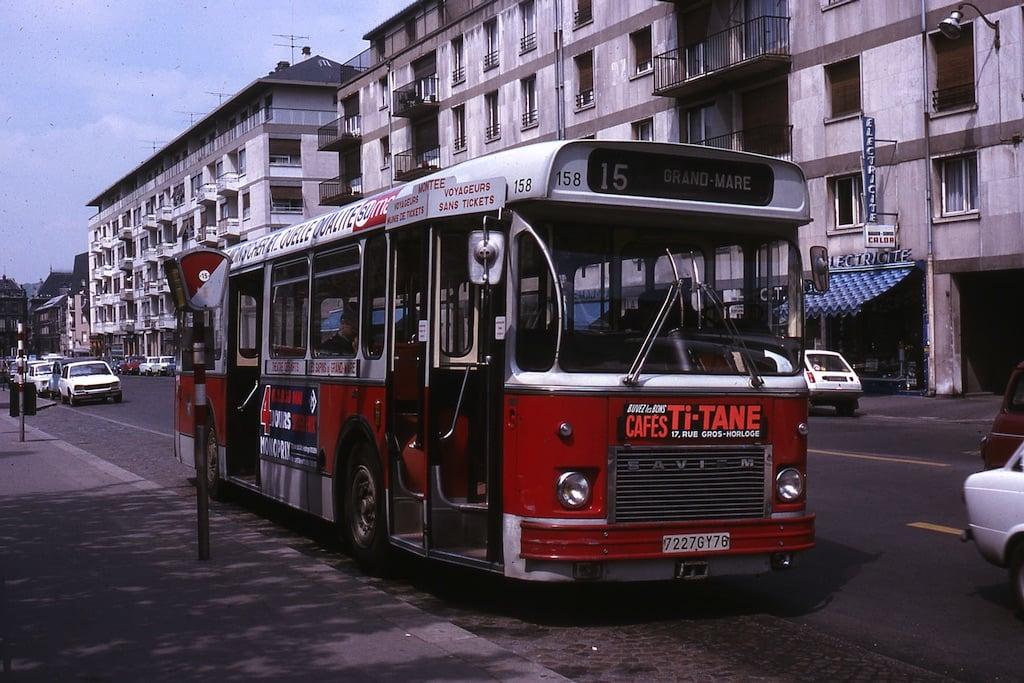 Bus rouge et blanc