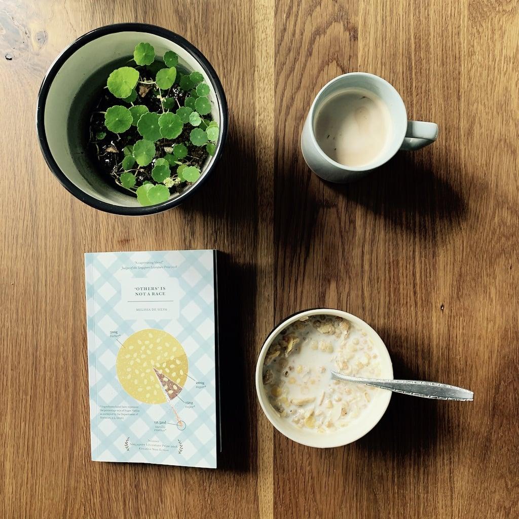 livre, bol, tasse et plante