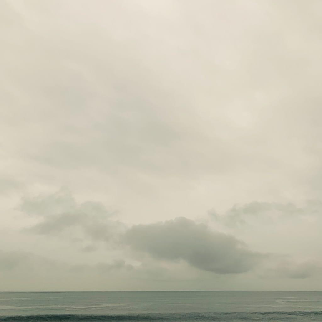 océan et ciel nuageux