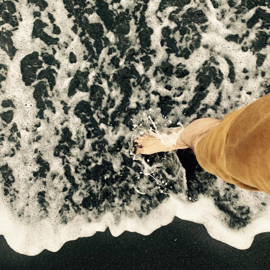 pied dans les vagues