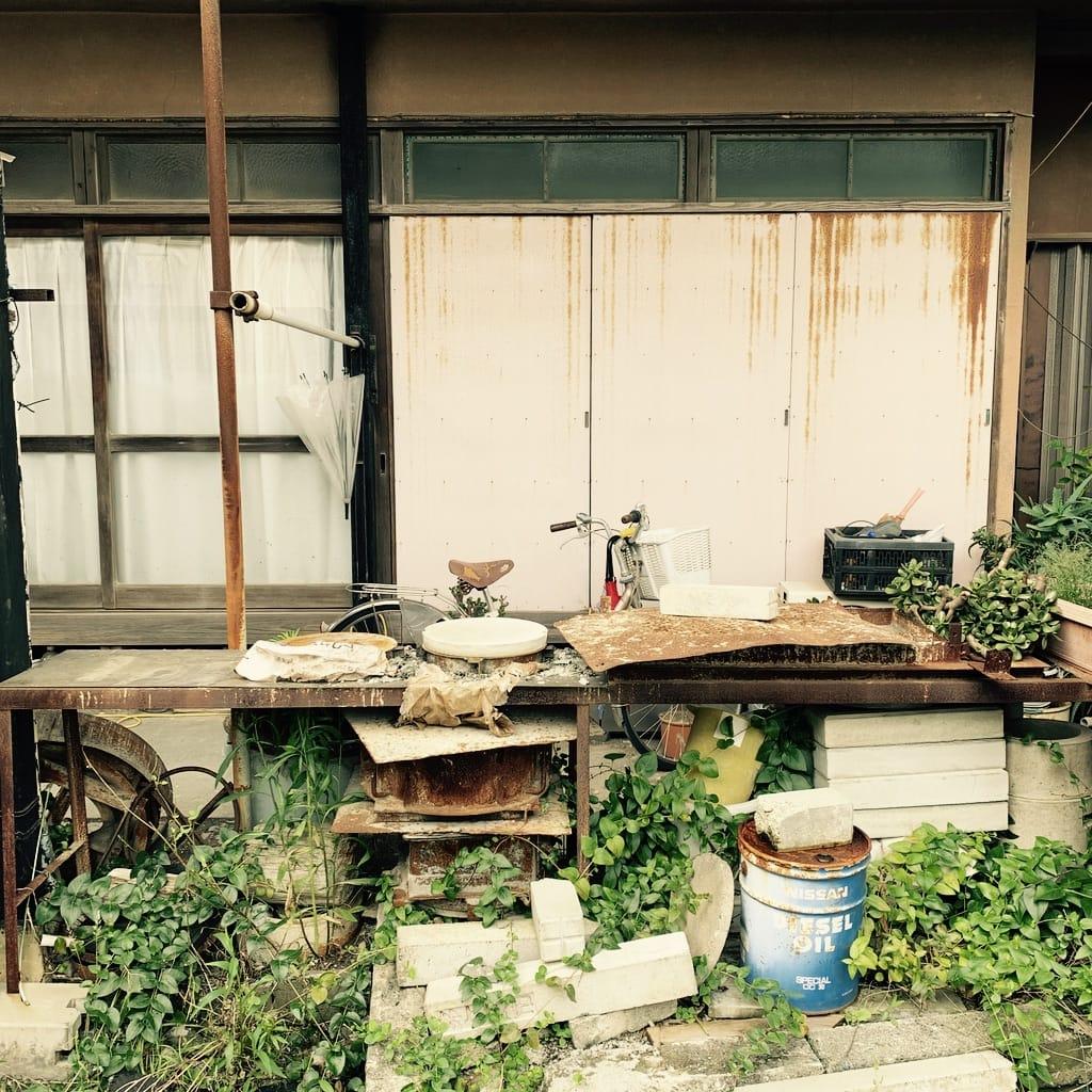 objets rouillés devant une maison