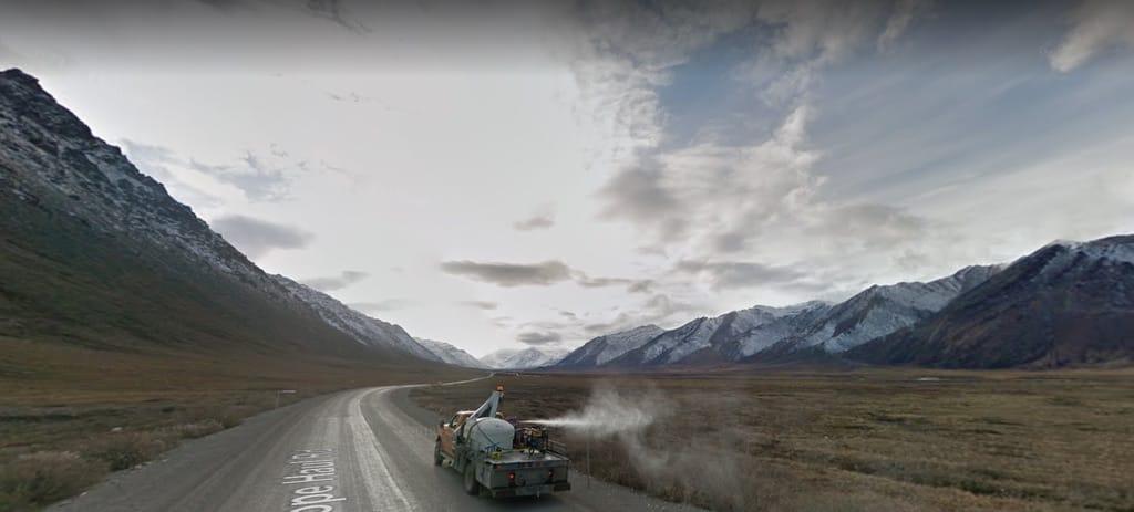 camion sur une route et montagnes dans le fond