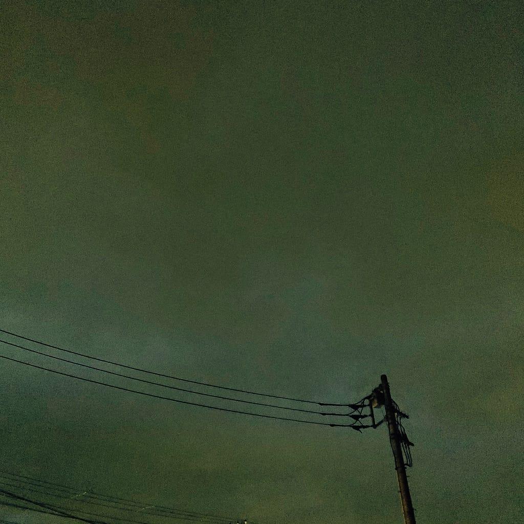poteau électrique et les nuages la nuit